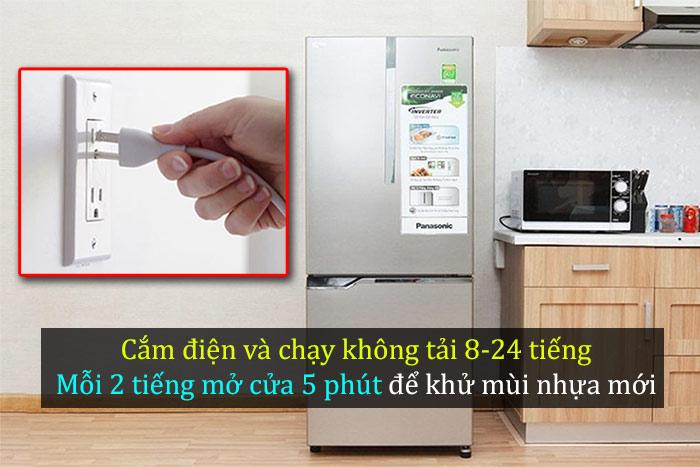 Cắm điện và cho tủ lạnh chạy không tải 8-24 tiếng