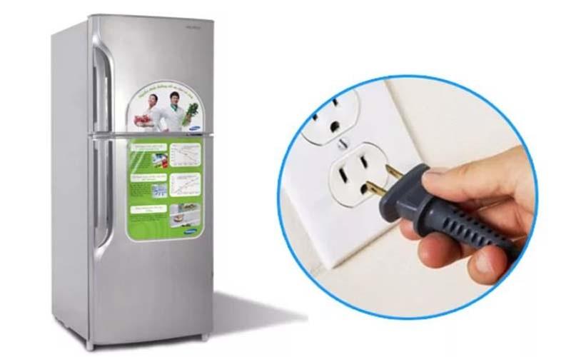 Phích cắm điện vào ổ điện nguồn bị lỏng