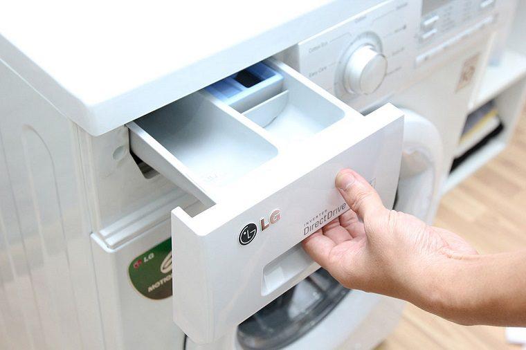 Vệ sinh khay chứa nước giặt và nước xả
