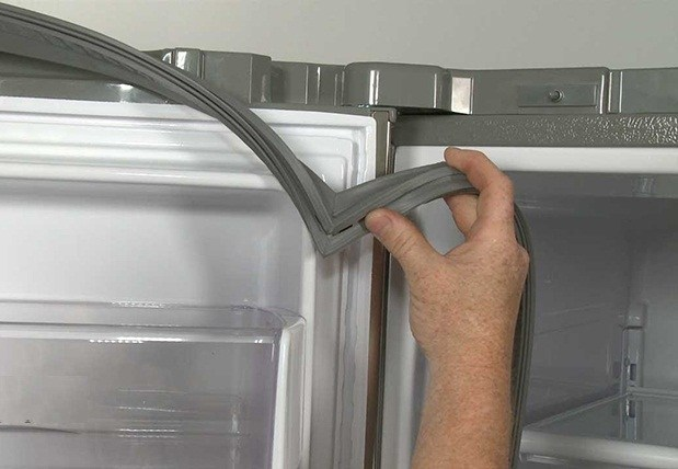 gioăng cao su bị hở nên dẫn tới cửa tủ lạnh đóng không khít