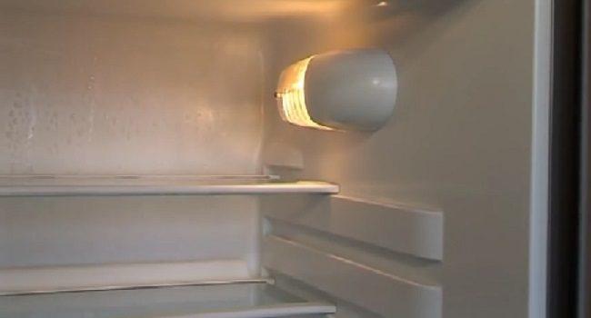 Tại sao tủ lạnh vẫn chạy khi đèn không sáng?