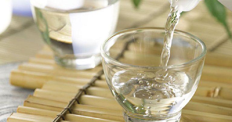 Làm sạch bằng cồn hoặc rượu, coca